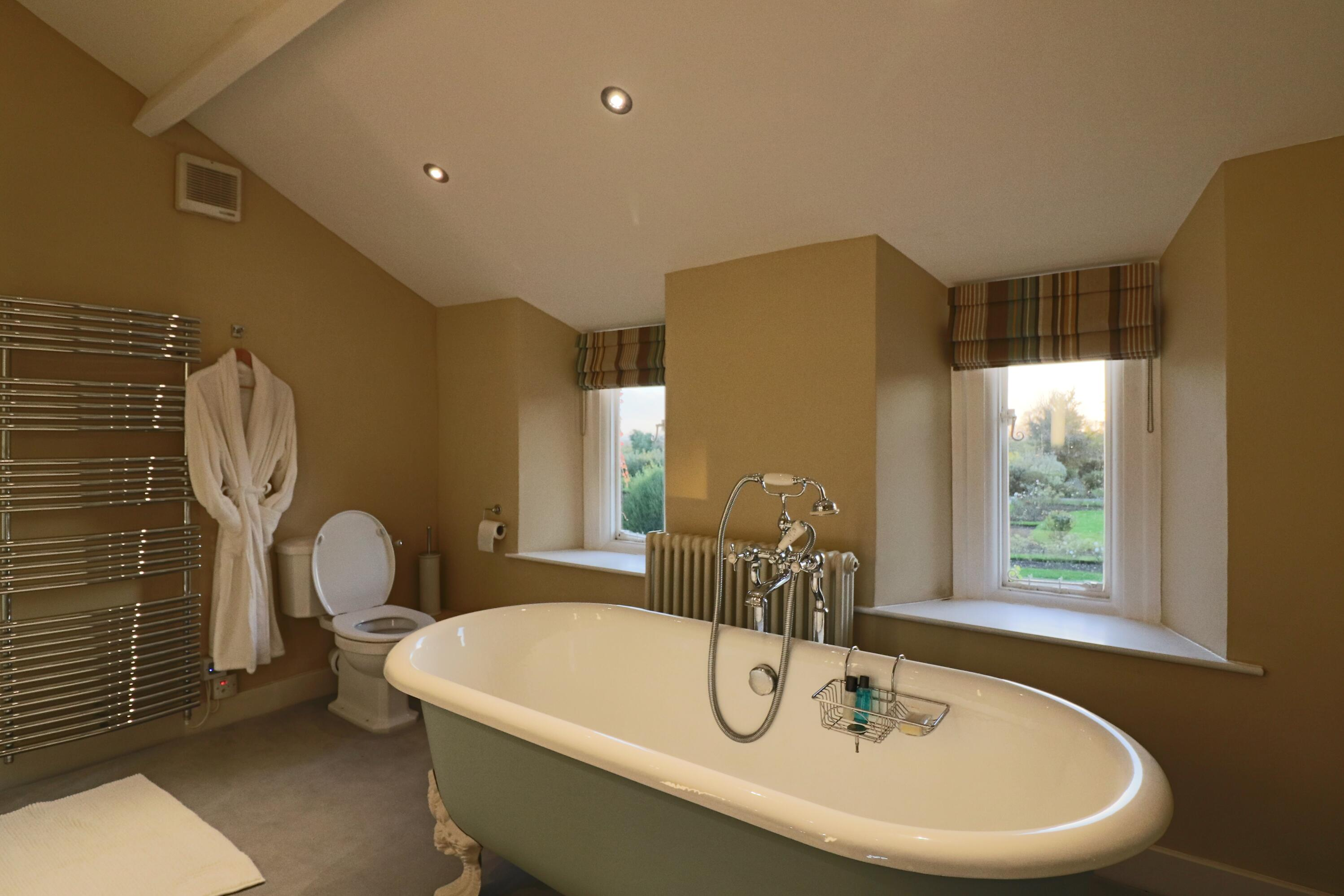 Alveston En Suite Shower and Roll Top Bath